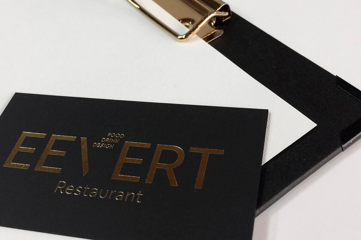 Designravintola Eevert logo. Käyntikortti ja menulista